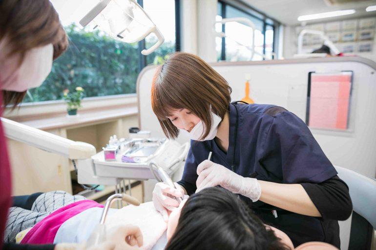 女性歯科医の治療